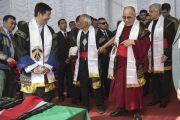 Дээрхийн Гэгээнтэн Далай Лам Төвийн Төвдийн Хорооны дарга Др. Лувсан Сэнгээгийн хамт Мартин Лутер Христийн Их сургуулийн төгсөлтийн баярын үйл ажиллагааны үеэр. Энэтхэг, Мегалаяа, Шиллонг. 2014.2.3. Зургийг Дэнзэн Чойжор (ДЛО)