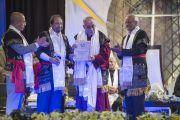 Дээрхийн Гэгээнтэн Далай Ламд Мартин Лутер Христийн Их сургуулийн хүндэт докторын зэрэг гардуулав. Энэтхэг, Мегалаяа, Шиллонг, 2014.2.3. Зургийг Дэнзэн Чойжор (ДЛО)