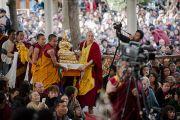 Во время молебна о долголетии Его Святейшества Далай-ламы, который проводился в рамках учений Его Святейшества в главном тибетском храме. Дхарамсала, Индия. 16 марта 2014 г. Фото: Тензин Чойджор (офис ЕСДЛ)