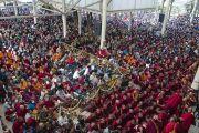 Тысячи людей собрались в главном тибетском храме, чтобы услышать учения Его Святейшества Далай-ламы. Дхарамсала, Индия. 16 марта 2014 г. Фото: Тензин Чойджор (офис ЕСДЛ)