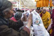 Его Святейшество Далай-лама покидает главный тибетский храм по окончании учений. Дхарамсала, Индия. 16 марта 2014 г. Фото: Тензин Чойджор (офис ЕСДЛ)
