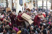 Монахи разносят подношения слушателям на учениях Его Святейшества Далай-ламы в главном тибетском храме. Дхарамсала, Индия. 16 марта 2014 г. Фото: Тензин Чойджор (офис ЕСДЛ)