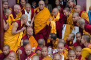 Его Святейшество Далай-лама с монахами монастыря Джонанг Тактен Пхунцог Чолинг. Шимла, штат Химачал Прадеш, Индия. 18 марта 2014 г. Фото: Тензин Чойджор (офис ЕСДЛ)