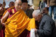 Его Святейшество Далай-лама приветствует пожилого тибетца, покидая монастырь Джонанг Тактен Пхунцог Чолинг. Шимла, штат Химачал Прадеш, Индия. 18 марта 2014 г. Фото: Тензин Чойджор (офис ЕСДЛ)