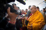 Его Святейшество Далай-лама беседует с журналистами после посещения монастыря Джонанг Тактен Пхунцог Чолинг. Шимла, штат Химачал Прадеш, Индия. 18 марта 2014 г. Фото: Тензин Чойджор (офис ЕСДЛ)
