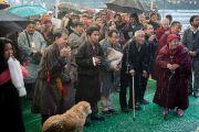 Невзирая на проливной дождь, тибетцы собрались в Центральной тибетской школе в ожидании прибытия Его Святейшества Далай-ламы. Шимла, штат Химачал Прадеш, Индия. 18 марта 2014 г. Фото: Тензин Чойджор (офис ЕСДЛ)