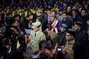 Его Святейшество Далай-лама входит в актовый зал Центрального университета штата Химачал Прадеш, чтобы принять участие в торжественной церемонии вручения дипломов. Шимла, штат Химчал Прадеш, Индия. 19 марта 2014 г. Фото: Тензин Чойджор (офис ЕСДЛ)