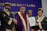 Вице-канцлер университета А.Д.Н. Баджпай и губернатор штата Урмила Сингх вручают Его Святейшеству Далай-ламе почетный диплом доктора гуманитарных наук Центрального университета штата Химачал Прадеш. Шимла, штат Химчал Прадеш, Индия. 19 марта 2014 г. Фото: Тензин Чойджор (офис ЕСДЛ)