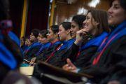 Студенты слушают речь Его Святейшества Далай-ламы на торжественной церемонии вручения дипломов в Центральном университете штата Химачал Прадеш. Шимла, штат Химчал Прадеш, Индия. 19 марта 2014 г. Фото: Тензин Чойджор (офис ЕСДЛ)