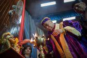 Его Святейшество Далай-лама возжигает церемониальный светильник в ознаменование начала торжественной церемонии вручения дипломов в Центральном университете штата Химачал Прадеш. Шимла, штат Химчал Прадеш, Индия. 19 марта 2014 г. Фото: Тензин Чойджор (офис ЕСДЛ)