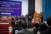 Его Святейшество Далай-лама выступает с речью на торжественной церемонии вручения дипломов в Центральном университете штата Химачал Прадеш. Шимла, штат Химчал Прадеш, Индия. 19 марта 2014 г. Фото: Тензин Чойджор (офис ЕСДЛ)