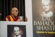 """Его Святейшество Далай-лама выступает на презентации книги """"Лал Бахадур Шастри - уроки лидерства"""". Дели, Индия. 23 марта 2014 г. Фото: Тензин Чойджор (офис ЕСДЛ)"""