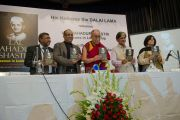 "Его Святейшество Далай-лама и другие почетные гости на церемонии презентации книги ""Лал Бахадур Шастри - уроки лидерства"". Дели, Индия. 23 марта 2014 г. Фото: Тензин Чойджор (офис ЕСДЛ)"