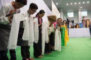 Тибетские студенты ожидают прибытия Его Святейшества Далай-ламы в торговый колледж «Шри Рам». Дели, Индия. 24 марта 2014 г. Фото: Тензин Чойджор (офис ЕСДЛ). Дели, Индия. 24 марта 2014 г. Фото: Тензин Чойджор (офис ЕСДЛ)