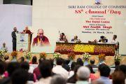 Его Святейшество Далай-лама выступает на праздновании 88-й годовщины со дня основания торгового колледжа «Шри Рам». Дели, Индия. 24 марта 2014 г. Фото: Тензин Чойджор (офис ЕСДЛ)