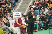 Один из студентов колледжа «Шри Рам» задает вопрос Его Святейшеству Далай-ламе. Дели, Индия. 24 марта 2014 г. Фото: Тензин Чойджор (офис ЕСДЛ)