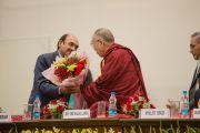 Его Святейшеству Далай-ламе вручают цветы перед началом празднования 88-й годовщины со дня основания торгового колледжа «Шри Рам». Дели, Индия. 24 марта 2014 г. Фото: Тензин Чойджор (офис ЕСДЛ)