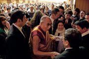Его Святейшество Далай-лама прощается со своими почитателями по завершении учений. Токио, Япония. 17 апреля 2014 г. Фото: Тибетский офис в Японии