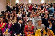Его Святейшество Далай-лама фотографируется с тибетцами, живущими в Японии. Токио, Япония. 18 апреля 2014 г. Фото: Тибетский офис в Японии