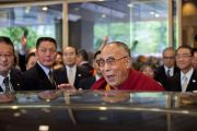 Его Святейшество Далай-лама прощается со своими почитателями, уезжая из гостиницы в заключительный день своего визита в Токио. 18 апреля 2014 г. Фото: Тибетский офис в Японии