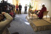 Его Святейшество Далай-лама отвечает на вопросы журналистов на пресс-конференции в Риге. 6 мая 2014 г. Фото: Тензин Чойджор (офис ЕСДЛ)