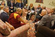 Его Святейшество Далай-лама на встрече с депутатами латвийского парламента. Рига, Латвия. 6 мая 2014 г. Фото: Тензин Чойджор (офис ЕСДЛ)