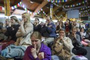 Вслед за Его Святейшеством Далай-ламой слушатели выполняют медитацию с сосредоточением на дыхании. Рига, Латвия. 6 мая 2014 г. Фото: Тензин Чойджор (офис ЕСДЛ)