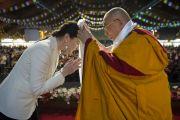 Его Святейшество Далай-лама подносит хадак одной из организаторов учений. Рига, Латвия. 6 мая 2014 г. Фото: Тензин Чойджор (офис ЕСДЛ)