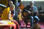 Борис Гребенщиков исполняет песню для Его Святейшества Далай-ламы в конце второго дня учений. Рига, Латвия. 6 мая 2014 г. Фото: Тензин Чойджор (офис ЕСДЛ)