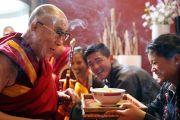 Дээрхийн Гэгээнтэн Далай Ламыг Роттердамд хүрэлцэн ирэхэд Төвдийн уламжлал ёсоор угтан авав. Голланд, Роттердам. 2014.05.10. Зургийг Жеппе Шилдер