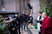 Дээрхийн Гэгээнтэн Далай Лам Иаковын сүмийн үүдэнд Утрехт сүмийн дэд хамба Вурцийн хамт сэтгүүлчидтэй уулзав. Голланд, Роттердам. 2014.5.10. Гэрэл зургийг Донкерс