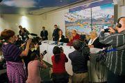 Дээрхийн Гэгээнтэн Далай Лам Роттердамд хүрэлцэн ирснийхээ дараа хэвлэлийнхэнтэй уулзав. Голланд, Роттердам. 2014.05.10. Зургийг Жүржен Донкэрс