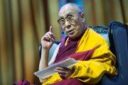 Дээрхийн Гэгээнтэн Далай Лам ном айлдаж байгаа нь. Голланд, Роттердам. 2014.5.11. Гэрэл зургийг Жеппе Шилдер