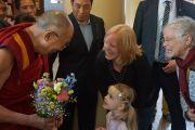 Дээрхийн Гэгээнтэн Далай Ламын айлдварыг сонсохоор ээжтэйгээ хамт ирсэн охиноос цэцэг авав. Голланд, Роттердам. 2014.5.11. Гэрэл зургийг Жереми Рассел/ДЛО