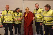 Дээрхийн Гэгээнтэн Далай Лам Ахой стадионд ажилласан цагдаагийн зарим ажилчидийн хамт. Голланд, Роттердам. 2014.5.11. Гэрэл зургийг Жереми Рассел/ДЛО
