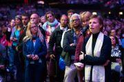 Ахой цэнгэлдэх хүрээлэнд цугларсан хүмүүс Дээрхийн Гэгээнтэн Далай Ламаас асуулт асуухаар дугаарлан зогсож байгаа нь. Голланд, Роттердам. 2014.5.11. Гэрэл зургийг Донкерс