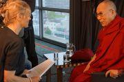 Дээрхийн Гэгээнтэн Далай лам Буддын нэвтрүүлгийн сэтгүүлч Бэттине Вриесекоопт ярилцлага өгч байгаа нь. Голланд, Роттердам. 2014.5.11. Гэрэл зургийг Жереми Рассел/ДЛО