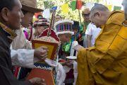 Перед началом учений ученики Тибетской детской деревни совершают традиционные подношения Его Святейшеству Далай-ламе. Дхарамсала, Индия. 6 июня 2014 г. Фото: Тензин Чойджор (офис ЕСДЛ)