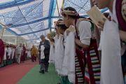 Его Святейшество Далай-лама идет к сцене в Тибетской детской деревне, чтобы даровать учения по буддизму тибетским школьникам. Дхарамсала, Индия. 6 июня 2014 г. Фото: Тензин Чойджор (офис ЕСДЛ)