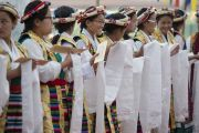Ученики Тибетской детской деревни в тибетских национальных одеждах ожидают прибытия Его Святейшества Далай-ламы. Дхарамсала, Индия. 6 июня 2014 г. Фото: Тензин Чойджор (офис ЕСДЛ)
