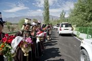 Ладакцы выстроились вдоль дороги из аэропорта, чтобы приветствовать Его Святейшество Далай-ламу. Ладак, штат Джамму и Кашмир, Индия. 17 июня 2014 г. Фото: Джигме Церинг.
