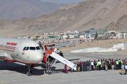 Его Святейшество Далай-лама спускается по трапу самолета в столице Ладака городе Лех, где начинается его 5-недельный визит в штат Джамму и Кашмир. 17 июня 2014 г. Фото: Джигме Церинг.
