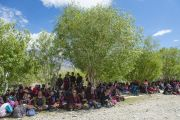 Первый день учений Его Святейшества Далай-ламы в Падуме. Местные жители прячутся от солнца в тени деревьев. Занскар, штат Джамму и Кашмир, Индия. 23 июня 2014 г. Фото: Тензин Чойджор (Офис ЕСДЛ)