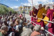 Его Святейшество Далай-лама приветствует жителей Падума в первый день трехдневных учений. Занскар, штат Джамму и Кашмир, Индия. 23 июня 2014 г. Фото: Тензин Чойджор (Офис ЕСДЛ)