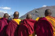 В Занскаре монахи ожидают приземления вертолета с Его Святейшеством Далай-ламой на борту. Штат Джамму и Кашмир, Индия. 23 июня 2014 г. Фото: Тензин Чойджор (Офис ЕСДЛ)