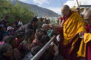 Его Святейшество Далай-лама здоровается с людьми в начале второго дня учений в Падуме. Занскар, штат Джамму и Кашмир, Индия. 24 июня 2014 г. Фото: Тензин Чойджор (офис ЕСДЛ)