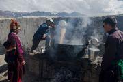 Приготовление чая для участников учений Его Святейшества Далай-ламы в Падуме. Занскар, штат Джамму и Кашмир, Индия. 24 июня 2014 г. Фото: Тензин Чойджор (офис ЕСДЛ)