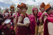 Тибетские монахи стоят в очереди за едой в перерыве второго дня учений Его Святейшества Далай-ламы в Падуме. Занскар, штат Джамму и Кашмир, Индия. 24 июня 2014 г. Фото: Тензин Чойджор (офис ЕСДЛ)