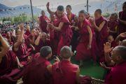 Молодые монахи проводят философский диспут перед началом второго дня учений Его Святейшества Далай-ламы в Падуме. Занскар, штат Джамму и Кашмир, Индия. 24 июня 2014 г. Фото: Тензин Чойджор (офис ЕСДЛ)