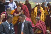 Его Святейшество Далай-лама прощается со слушателями в конце второго дня учений в Падуме. Занскар, штат Джамму и Кашмир, Индия. 24 июня 2014 г. Фото: Тензин Чойджор (офис ЕСДЛ)